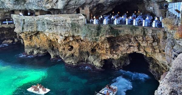 D nez dans une grotte au bord de la mer en italie cd for Grotta palazzese restaurant menu